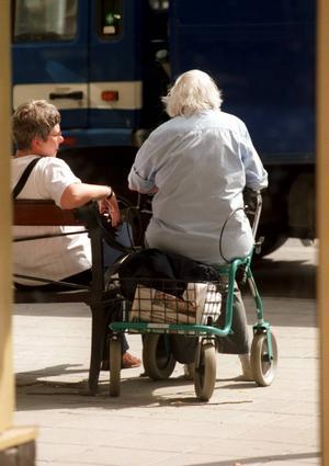 Att åldras i Sverige ska inte vara ett straff. Socialdemokraten Lena Bäckelin redovisar hur de äldres villkor ska förbättras. Bland annat lovar hon sänkt skatt för pensionärer om hennes parti vinner valet i höst.