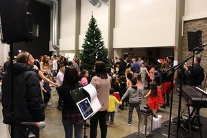 Dans runt julgranen var populärt. Bakom spelades musik från scenen.