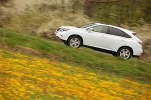 Nya hybrid-suven Lexus RX450h drivs av fyra motorer, har en total effekt på 299 hk och en angiven bränsleförbrukning på 6,3 l/100 km. Fyrhjulsdrivningen är elektrisk och via en speciell elmotor skickas drivkraft till bakhjulen när så behövs.