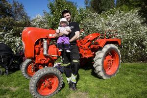 Förutom bilar av alla de slag fanns det även traktorer på plats. Richard Öhman från Helgum har över 200 maskiner i sitt traktormuseum. Traktorn är en Porsche Allgaier som dottern Molly ska få i ettårspresent.