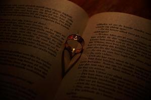 Knäppte lite kort hemma, testade med att lägga ringen i mitten av boken och fick ett hjärta som skugga. Lite gulligt tycker jag.