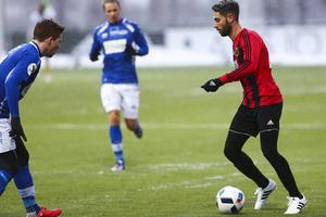 Fjolårets träningsmatch mellan Östersunds FK och Ranheim slutade 1–1. Här är det Gabriel Somi som utmanar en norsk back.