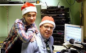 Linus och Tommy Samuelsson lägger sista handen vid julradions tablå 2013 Foto: Johan Källs/DT