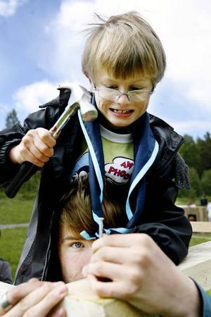 Till hösten kan scouterna bli wild kids och nog ser Tommy Karlsson från Orrviken ut att platsa även där. Här får han hjälp av ledaren Sebastian Kram att nå upp till taknocken.