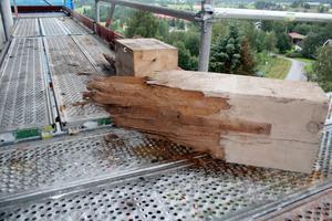Så här ser ett par av de avkapade bjälkarna ut i de ändar som bar upp den sex ton tunga konstruktionen.