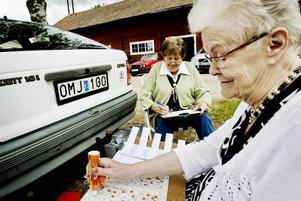 SITTER HELLRE HÄR. Väninnorna Kerstin Larsson och Berit Nyström sitter hellre utanför bilen när det är bilbingo. De är rutinerade och hoppas på en vinst.