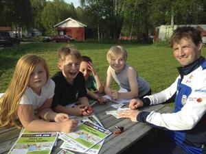 Från Njutånger kom Klara Kring, Tim Sundberg, Filip Berglund och Dante Wätte som här instrueras av Anders Trolin från Forsa OK.