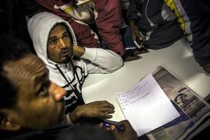 30 asylsökande eritreaner protesterar mot att de tvingas flytta till ett sämre boende när de byter hotellet mot annexet vid Åre Continental Inn i Björnänge. På måndagen tog de bussen för att åka in till Migrationsverket i Östersund.   Resultatet blev att de flyttar in tills vidare. Och till veckan ska Migrationsverket ha ett nytt möte med flyktingarna.   – Det nya boendet är trångt, illaluktande och det finns bara ett par toaletter och duschar på 26 personer. Det är inte ett värdigt boende, tycker de.