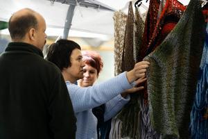 Funderar. Det måste vara rätt färgkombination på halsduken, annars får det vara för stunden. Kumlabon Karin Lindquist funderar noga genom sitt inköp.