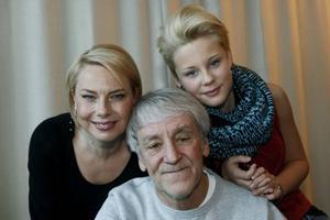 Familjen Änglagård. Skådespelarna Helena Bergström, Molly Nutley och regissören Colin Nutley.
