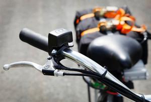 På styret sitter tumgasen och en liten instrumentbräda som visar batteriets laddning. Dessutom handtaget till bromsen på bakhjulet.