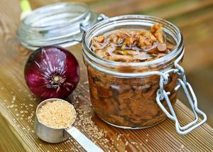 Syltade kantareller är ett gammalt sätt att spara svampen. Syltad svamp passar bra till höstens stekar, inte minst de som lagas på vilt.