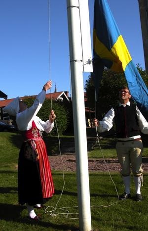 Samarbete. Kultur-och fritidsnämndens ordförande Anne-Lie Stenberg och folkdanslagets Anders Tull hissar den svenska flaggan i Sparbanksparken