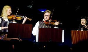 Musikerna Karin Elfversson och Valdimir Jigarov  bidrar mycket till helheten i spelet. Dessutom medverkar Emma Nordgren.