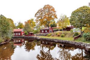 Västra Långgatan 20 är ett rött litet hus precis vid ån i centrala Säter.