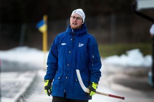 Viktor Skyttner tog plats på bänken och coachade HAIK under premiären när huvudtränaren Henrik Viklund saknades.
