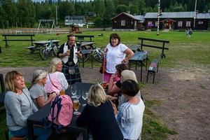 Sång ute på Olnispagården under ledning av Annette Jonsson-Lill med fiolen.