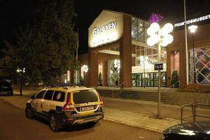 På måndagskvällen bombhotades Galaxen i Borlänge, där en stor bröllopsfest ägde rum. Samtliga gäster, omkring 600 stycken, fick evakueras från lokalen.