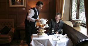 Renato Menenses serverar Ulf Lindholm afternoon tea på Cadogan hotel.
