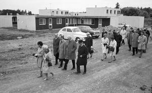 Husen är på plats, men ännu är mycket markarbeten kvar att göra. Vallby, sprillans nytt 1969. Tvåa från vänster bandirekör Gösta Sandberg, sedan Statsrådet Eric Holmqvist och kommunalrådet Gustaf Olsson.