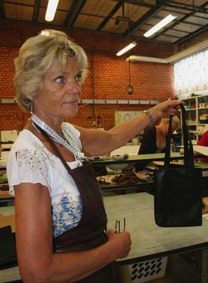 Så här ska det se ut. Huvudläraren på Skinnskolan, Pirjo Nilsson, visar upp ett tjusigt exempel på skinnhandväska. Foto:Lisa Olin