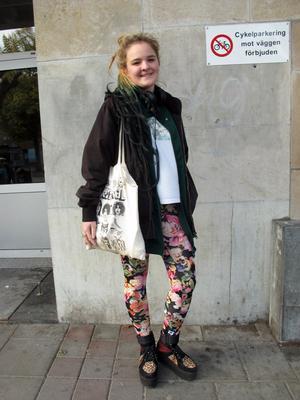 Man kan se sina kläder som konstverk, eller man kan faktiskt se hela sig själv som ett konstverk. Det tycker Linn Flodén.