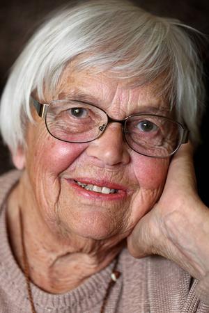Elsa Haglund växte upp i byn Hede i By socken. Redan som 15-åring började hon arbeta vid apoteket i byn, och fortsatte sin yrkesbana i Uppsala dit hon flyttade som 20-åring. I början av 1970-talet flyttade familjen Haglund till Avesta där Elsa jobbade som apotekstekniker fram till sin pensionering 1993.