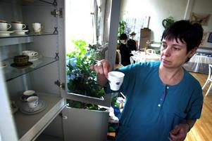 Utställare. Sussie Karlsson är en av de kaffeglada frivilligarbetarna som finns tillhands under utställningen. Foto:Karin Rickardsson