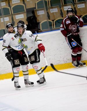 Chad Wiseman, t.v., och nyförvärvet från Skövde, Jesper Hultman, gjorde varsitt mål när ÖIK vann den första playoff matchen borta mot Teg. På lördag möts lagen igen i Östersund Arena och vinner ÖIK då så är klar för andra omgången.