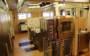 Som att komma in i 1970-tal. Äldreboendet Ängsgårdens kök används dagligen, men rostig och trasig inredning samt missfärgade golv har påtalats vid livsmedelskontroller 2010, 2011 och senast i september 2012. Nu har miljö och bygg gått med på att upprustningen av köket ska vara genomförd senast 30 juni 2013. FOTO: BOO ERICSSON