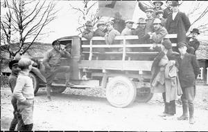 Syndikalisterna var starka i Krångede, här är en lastbil på väg för att demonstrera mot svartfötter i en angränsande arbetskonflikt med flottarna. Observera den svarta foten på flaggan.