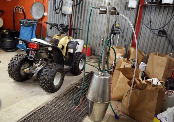 Beslagtaget gods, en ommålad fyrhjuling och en hembränningsapparat. Hembränningsapparaten kommer att förstöras efter beslut om förverkande.