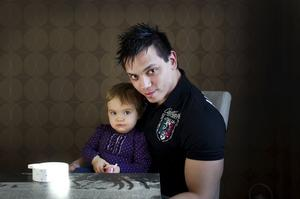 Angel med dottern Amelia.