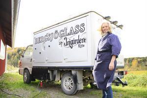 Ann-Magret Honkasalo visade upp sin glasstillverkning på Inigården.
