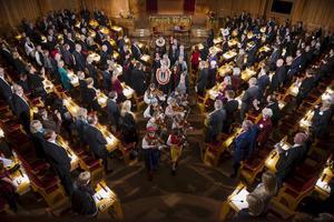 Right Livelihood-pristagarna 2015 tågar under högtidliga former ut ur riksdagens andrakammarsal i Stockholm.
