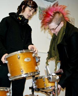 """Replokal. Jacob Sandell och Malin Lindgren spelar i bandet Tyrotoxism. De övar i den utrustade lokalen tre dagar i veckan. """"Det här är både smart och praktiskt"""", säger Jacob."""