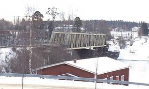 Mitt på järnvägsbron i Leksand satt Isa när tåget kom.