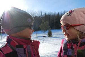 Tvillingtjejerna Penny & Philippa fick ta fram glasögonen för att kunna njuta av den underbara vårsolen!