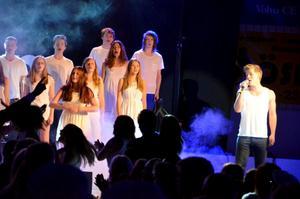 Estetelever drog i gång fredagens firande med show i Sydnärkehallen.Foto: Samuel Borg