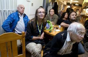 Glädjen hos Bodil Ceballos och de andra som var med på Miljöpartiets valvaka på krogen Bakgården i Gävle mattades något när de första valsiffrorna visades på TV-skärmen.