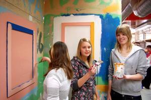 """Maja Hansson,  Kim Månsson och Annie Vestermark  lärde sig att måla.  """"Jag kommer att söka till transportprogrammet.  Jag gillar att köra bil"""", säger Annie Vestermark."""