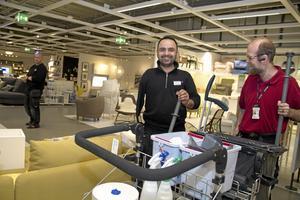 Städning. Ahmed Kadir och Johan Thomaeus, Samhall, med städvagnen på Ikea.