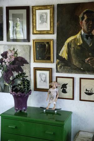 Morfarsfar Erik Lamm var porträttmålare och konstprofessor i Wien, det är hans målningar som täcker en vägg, kompade med porträtt av sönerna Wille och Erik som kompisen konstnären Karin Lagrelius gjort, hon som också skapat det geometriska mönstret på altangolvet.