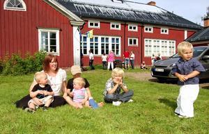 Förskoleföreståndaren Ulrika Eriksson med Dallyans första fem förskole- och fritidsbarn Vigo, Vera, William, Leon och Zack. Foto:Anders Mojanis