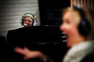 Joshua Nelsons mäktiga stämma genljöd i Hagakyrkan i går när han tillsammans med Spectra Gospel spelade in en julskiva. I förgrunden körledaren Mia Berglund.