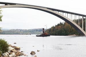 Båten fotograferades vid Sandöbron.