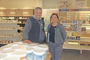 Nästa fredag inviger Colorama sin nya butik intill Riksväg 70. Ägaren Roland Pommer och Therese Pavval ser fram emot det.