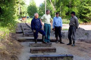 Härifrån ska järnvägsspåret forsätta ytterligare 700 meter upp till sågverket. De moderna rallarna är Lasse Berglund, Håkan Zaar, Sigvard Widmark och Jan Eriksson. Alla är medlemmar i Föreningen Galtströmtåget.