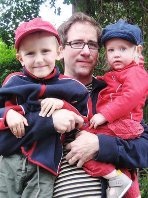 Joakim Lindgren med sonen Elis, fem år och dottern Johanna snart två år.