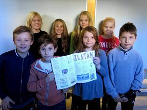 Nellie, Bella, Emma, Anita, Eric, Filip, Inez och Olle håller stolt upp sin skoltidning.